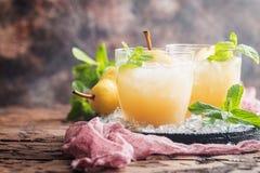 Succo di pera con la frutta fresca Fotografia Stock