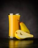 Succo di pera fresco e naturale su fondo scuro Fotografie Stock