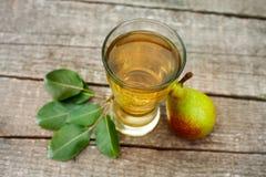 Succo di pera in vetro con la pera fresca Fotografia Stock