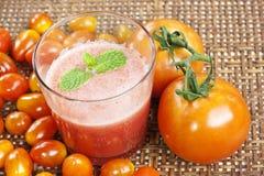 Succo di pomodori in cestino Immagini Stock Libere da Diritti