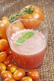 Succo di pomodori in cestino Fotografia Stock Libera da Diritti