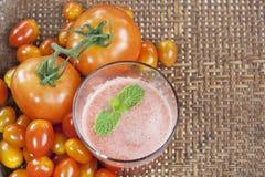 Succo di pomodori in cestino Immagini Stock
