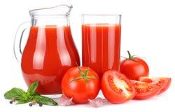 Succo di pomodoro in brocca di vetro isolata su fondo bianco immagini stock libere da diritti