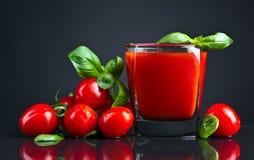 Succo di pomodoro con basilico immagini stock