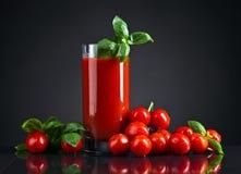 Succo di pomodoro con basilico fotografia stock