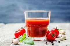 Succo di pomodoro con i pomodori fotografie stock libere da diritti