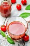 Succo di pomodoro con i pomodori immagini stock libere da diritti