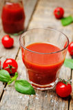 Succo di pomodoro con i pomodori immagini stock