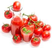 Succo di pomodoro con il ramo dei pomodori rossi Immagine Stock Libera da Diritti