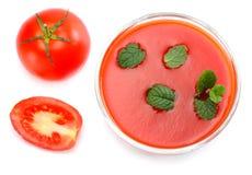 Succo di pomodoro con la foglia della menta isolata su fondo bianco Vista superiore immagini stock