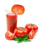 Succo di pomodoro con le foglie del basilico e le fette del pomodoro su bianco Fotografie Stock Libere da Diritti