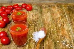 Succo di pomodoro in due vetri e pomodori Fotografia Stock Libera da Diritti