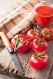 Succo di pomodoro e pomodori freschi Immagini Stock