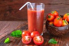 Succo di pomodoro fresco con il pomodoro immagini stock libere da diritti