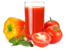 Succo di pomodoro isolato su fondo bianco succo in vetro fotografia stock libera da diritti