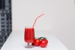 Succo di pomodoro in un vetro con una paglia Fotografia Stock Libera da Diritti