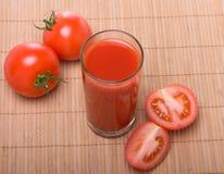 Succo di pomodoro in vetro con i pomodori Immagini Stock Libere da Diritti