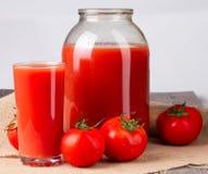 Succo di pomodoro in vetro e barattolo da due litri Immagini Stock Libere da Diritti