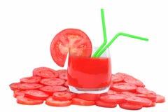 Succo di pomodoro in vetro, in pomodoro e nella fetta del pomodoro Fotografie Stock