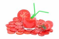 Succo di pomodoro in vetro, in pomodoro e nella fetta del pomodoro Immagini Stock