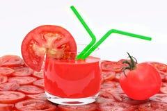 Succo di pomodoro in vetro, in pomodoro e nella fetta del pomodoro Fotografie Stock Libere da Diritti