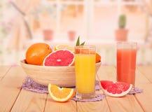 Succo di pompelmo e dell'arancia in vetri Fotografia Stock Libera da Diritti