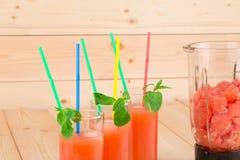 Succo di pompelmo e frutti affettati Fotografia Stock