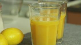 Succo di Prange per la mousse di cioccolato con gelatina arancio video d archivio