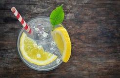 Succo di sambuco con il limone immagine stock libera da diritti