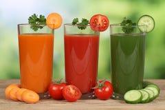 Succo di verdura dalle carote, dai pomodori e dal cetriolo Immagini Stock Libere da Diritti