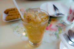 Succo dolce del Longan in vetro sulla tavola per il pasto Spremuta tropicale Fuoco sul Longan Fotografie Stock Libere da Diritti