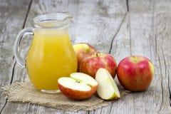 Succo e mele di mele Immagini Stock Libere da Diritti