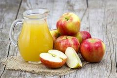Succo e mele di mele Immagine Stock