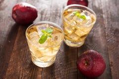 Succo e mele di mele sulla tavola di legno Immagini Stock