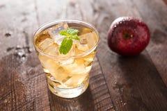 Succo e mele di mele sulla tavola di legno Fotografia Stock