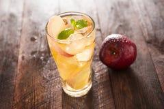 Succo e mele di mele sulla tavola di legno Fotografia Stock Libera da Diritti