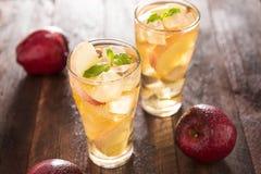Succo e mele di mele sulla tavola di legno Immagini Stock Libere da Diritti