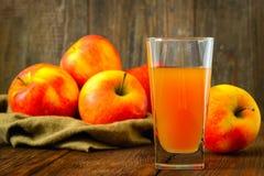 Succo e mele di mele sulla tavola di legno selettivo Fotografie Stock Libere da Diritti