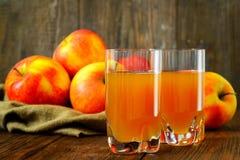 Succo e mele di mele sulla tavola di legno selettivo Fotografia Stock Libera da Diritti