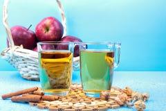 Succo e mele di mele sulla tavola di legno Fotografie Stock Libere da Diritti