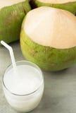 Succo e noci di cocco della noce di cocco sul fondo dell'annata della tavola Immagini Stock Libere da Diritti