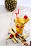 Succo fresco con la fetta dell'ananas Fotografia Stock