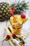 Succo fresco con la fetta dell'ananas Immagine Stock