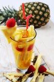 Succo fresco con la fetta dell'ananas Immagine Stock Libera da Diritti