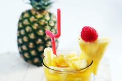 Succo fresco con la fetta dell'ananas Fotografia Stock Libera da Diritti