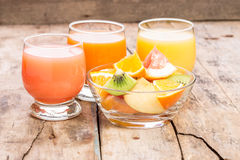 Succo fresco con macedonia in piatto di vetro Immagini Stock Libere da Diritti