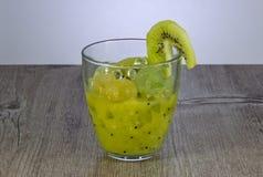 Succo fresco del kiwi per perdita di peso ed il mantenimento dello stile di vita sano fotografia stock libera da diritti