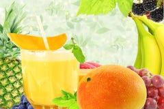 Succo fresco del mango con il concetto naturale sano dell'alimento della frutta Fotografie Stock