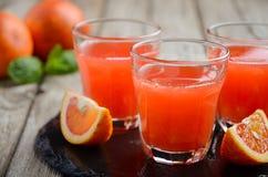 Succo fresco dell'arancia sanguinella in vetri su fondo di legno Immagine Stock