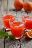 Succo fresco dell'arancia sanguinella in vetri su fondo di legno Fotografie Stock